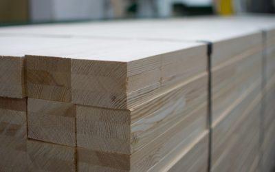 Drewno klejone – poznaj zalety tego materiału